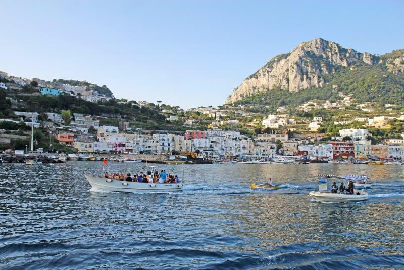 Voyagez les bateaux remorquant les bateliers bleus de grotte, Marina Grande, Capri, AIE image stock