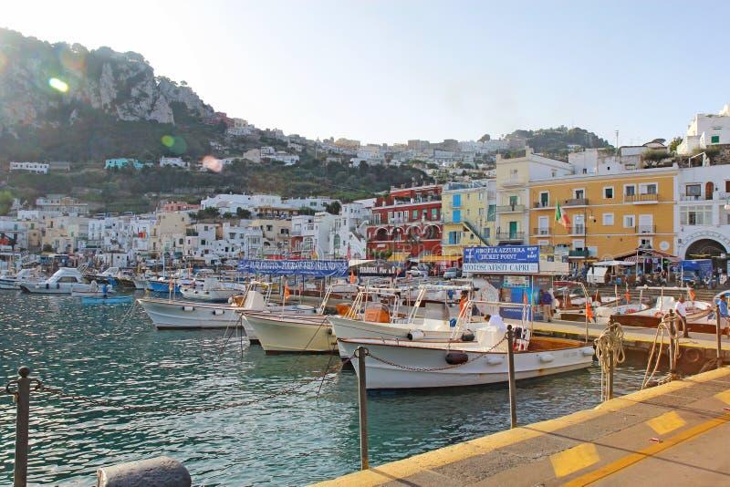 Voyagez les cabines, les signes et les bâtiments de bateau chez Marina Grande, Capri, I photographie stock libre de droits