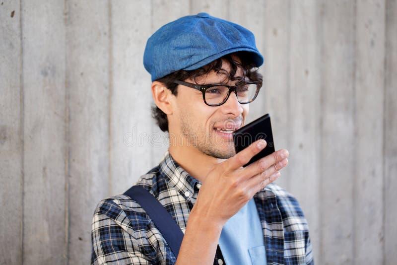 Voz de la grabación del hombre o smartphone de la invitación imágenes de archivo libres de regalías