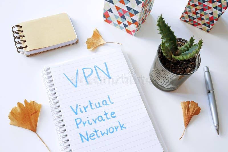 VPN faktiskt privat nätverk som är skriftligt i anteckningsbok royaltyfri fotografi