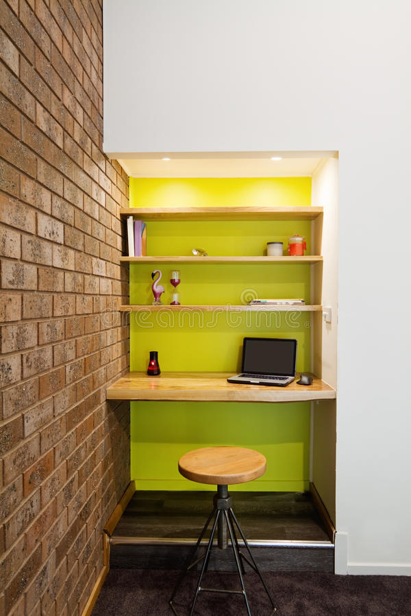 Vrå för studie för vägg för särdrag för limefruktgräsplan i vardagsrum fotografering för bildbyråer