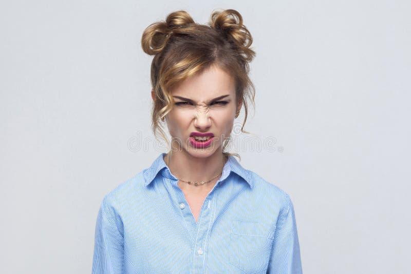 Vråla! Reta upp kvinnaropet på kameran Dåliga sinnesrörelser och känslor royaltyfria bilder