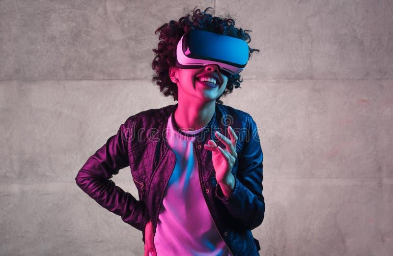 VR耳机笑的时髦少年 库存图片