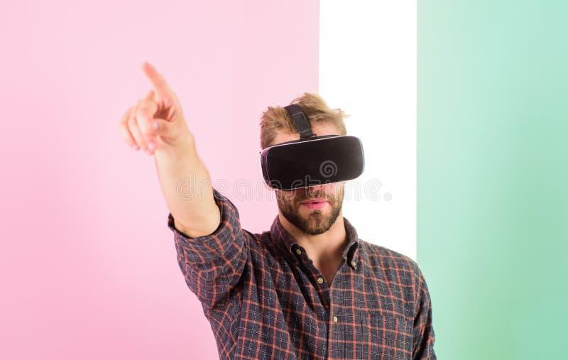 Vr技术提供在工程学的新的机会 供以人员不剃须的人虚拟现实玻璃,桃红色背景 行家 免版税库存照片