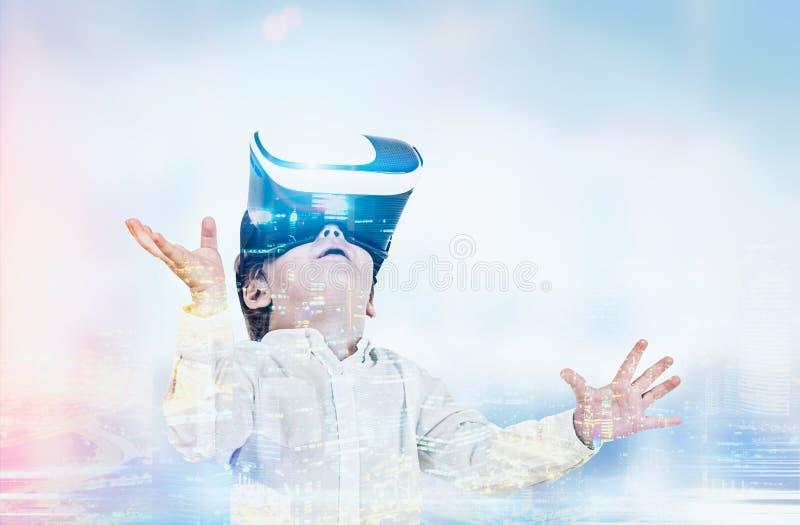 VR玻璃的逗人喜爱的小男孩,有雾的城市 皇族释放例证