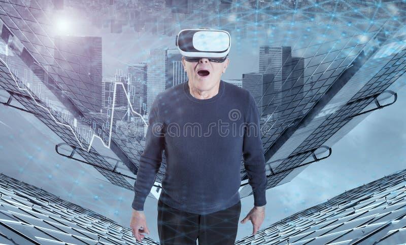 VR耳机的一个老人反对城市大厦背景 免版税库存照片