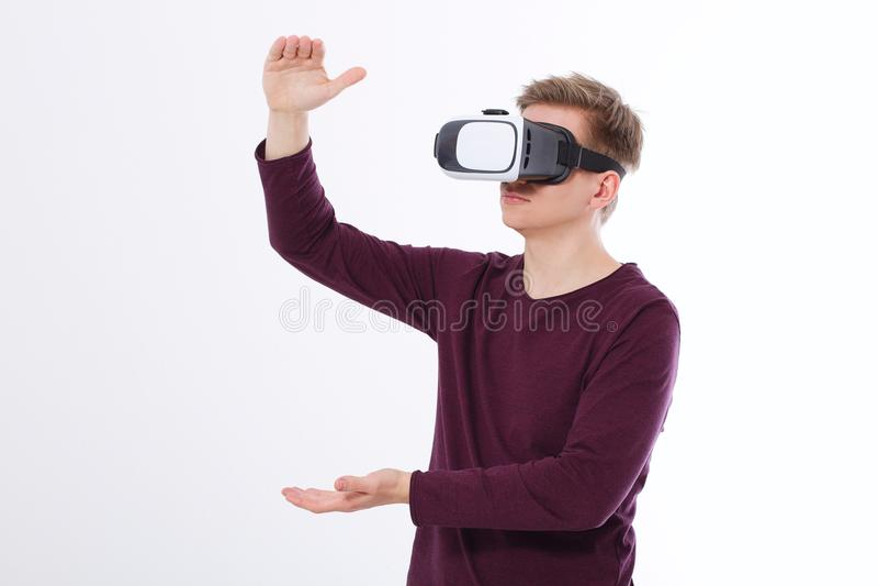 VR耳机的激动的年轻人,玻璃 在白色背景隔绝的虚拟现实 复制空间并且嘲笑  库存图片