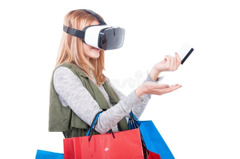 戴vr耳机眼镜的女售货员 免版税库存图片