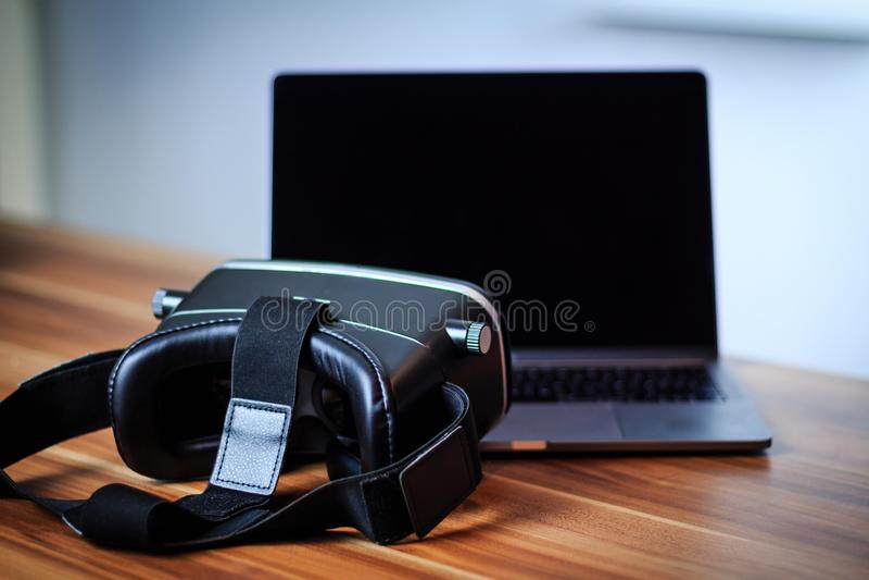 VR γυαλιά και lap-top σε έναν πίνακα που συμβολίζει την ψηφιακή εκμάθηση στοκ εικόνες με δικαίωμα ελεύθερης χρήσης