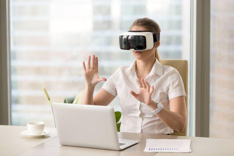 VR κάσκα για την επιχείρηση, επιχειρηματίας που φορά τα εικονικά γυαλιά W στοκ εικόνες