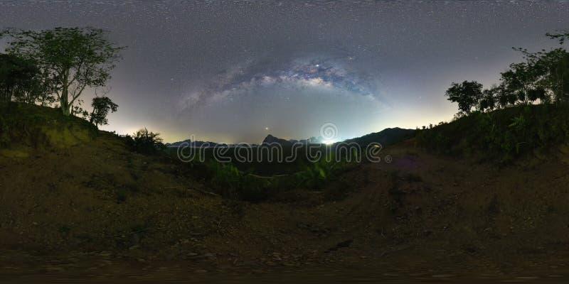 VR360 μοίρες Ο γαλαξίας πάνω από το βουνό στη θάλασσα - Samed Nang Ne, επαρχία Phang Nga, Ταϊλάνδη στοκ φωτογραφίες