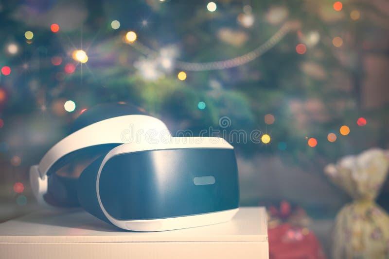 VR το δώρο κασκών κάτω από το χριστουγεννιάτικο δέντρο με τα φω'τα στοκ φωτογραφία με δικαίωμα ελεύθερης χρήσης