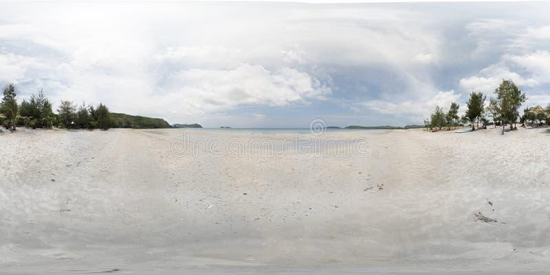 VR 360全景白色沙滩,梭桃邑,Chon Buri,泰国,白色海滩,清楚的蓝色海,在天空的StratoCumulus云彩 库存图片