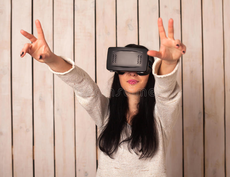 VR玻璃的妇女 免版税库存照片