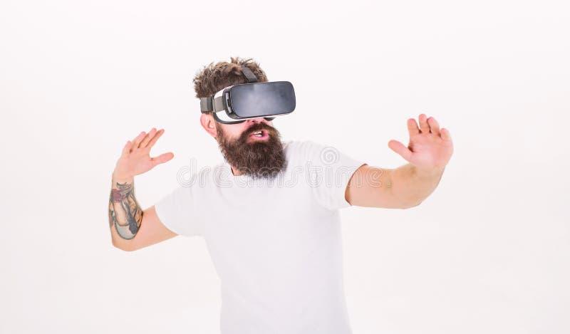 行家戏剧真正体育比赛 人有胡子的游戏玩家VR玻璃白色背景 虚拟现实比赛概念 ?? 免版税图库摄影