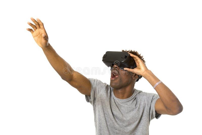 Vr 360 der virtuellen Realität des afroen-amerikanisch Mannes tragende Visionsschutzbrillen, die Videospiel genießen stockbild