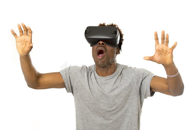 Vr 360 der virtuellen Realität des afroen-amerikanisch Mannes tragende Visionsschutzbrillen, die Videospiel genießen stockfoto
