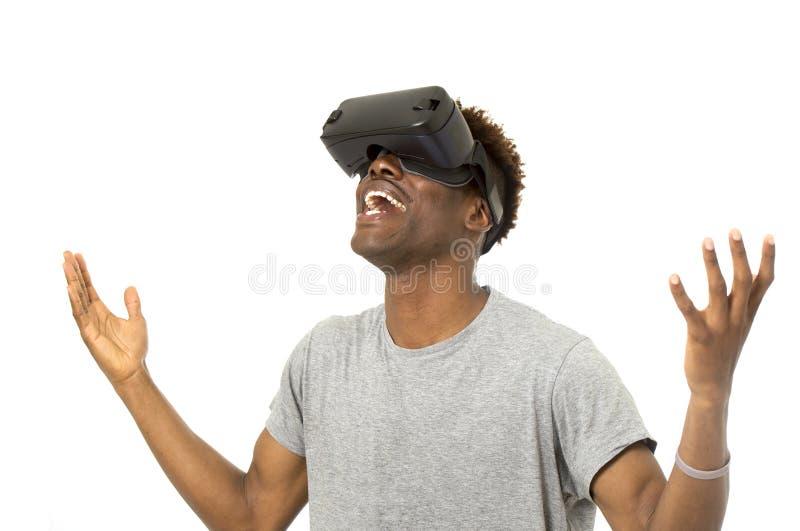 Vr 360 der virtuellen Realität des afroen-amerikanisch Mannes tragende Visionsschutzbrillen, die Videospiel genießen stockfotografie