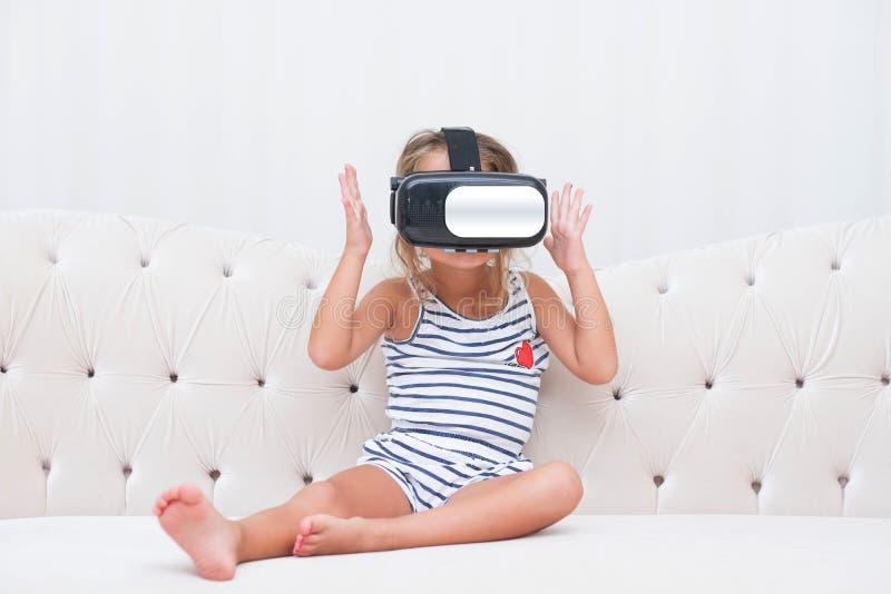 Vr do watchin da menina da criança imagem de stock royalty free