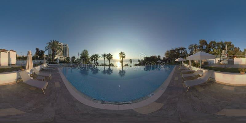 360 VR-ferier på hotellet för havskust med pölen och trädgård i Antalya, Turkiet royaltyfri foto