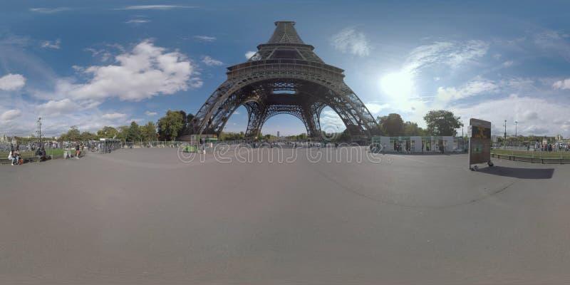 360 VR-Leute, die den Eiffelturm in Paris, Frankreich besuchen stockfoto