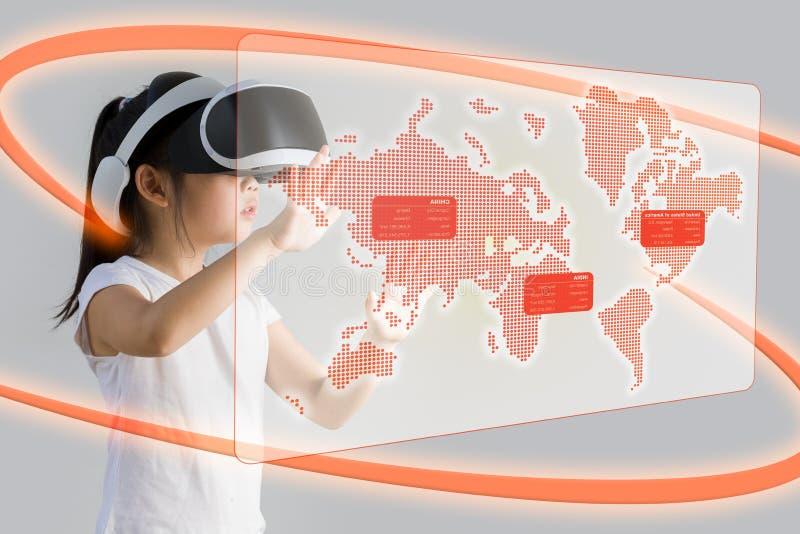 VR oder virtuelle Realität für das Bildungs-Konzept veranschaulicht vom Asiaten stockbilder
