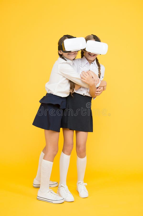 VR technologie?n De gelukkige jonge geitjes gebruiken moderne technologie de kinderen dragen draadloze VR-glazen Virtuele werkeli stock afbeelding