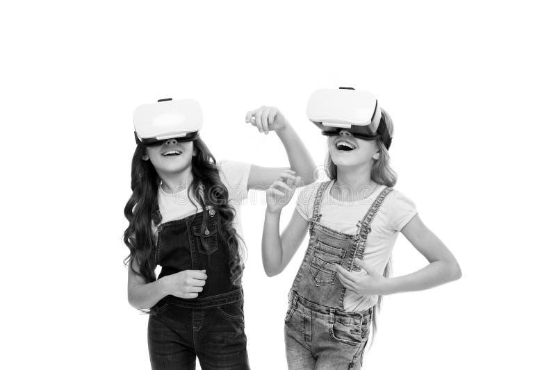 VR wycieczki turysyczne dla uczni Ma?e dzieci jest ubranym VR s?uchawki Ma?e dziewczyny u?ywa VR szk?a Uroczy dzieciaki cieszy si obrazy royalty free