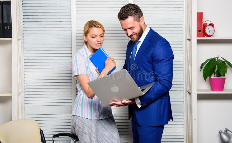 Vraag advies van collega Laptop die van de zakenmangreep Internet surfen Werkgever en secretaresse of hulp het werklaptop royalty-vrije stock fotografie