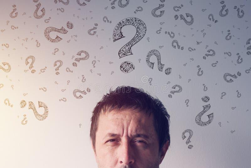Vraagteken, dat antwoorden zoekt stock afbeeldingen