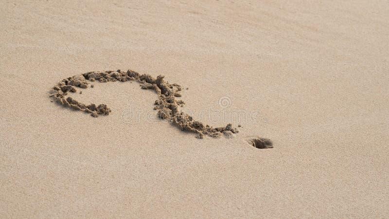 Vraagteken in het zand stock afbeeldingen