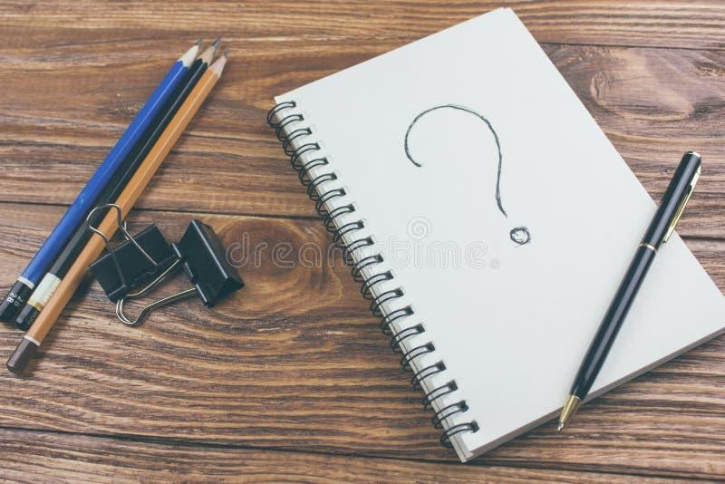 Vraagteken op een notitieboekje wordt geschreven dat royalty-vrije stock fotografie