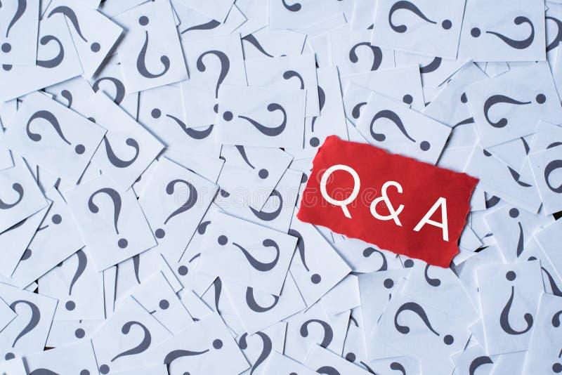 Vraagteken op Witboek en Q&A op rood document stock afbeelding