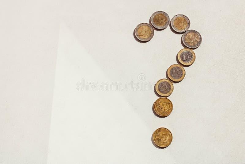 Vraagteken van Euro muntstukken op witte achtergrond Waar mijn geldconcept is stock foto