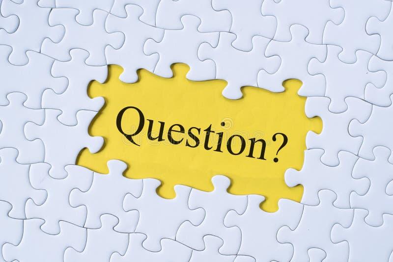 Vraagwoord op puzzel met gele achtergrond stock afbeeldingen