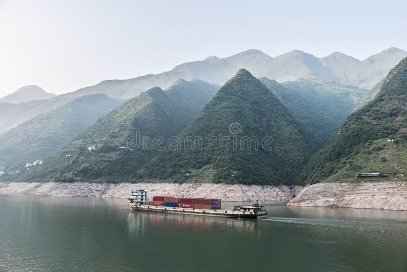 Vrachtboot die onderaan de Yangtze-Rivier in China varen stock foto's