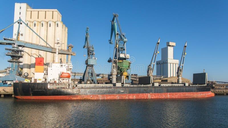 Vrachtboot, treiler royalty-vrije stock afbeeldingen