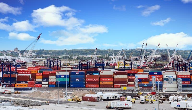 Vrachtcontainers bij het Verschepen van Dok stock foto
