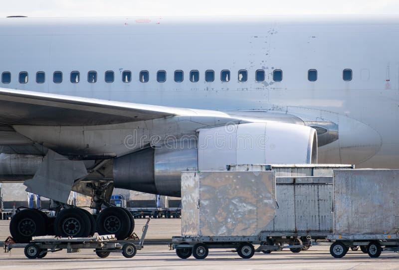 Vrachtcontainers voor luchtvaartuigen royalty-vrije stock foto