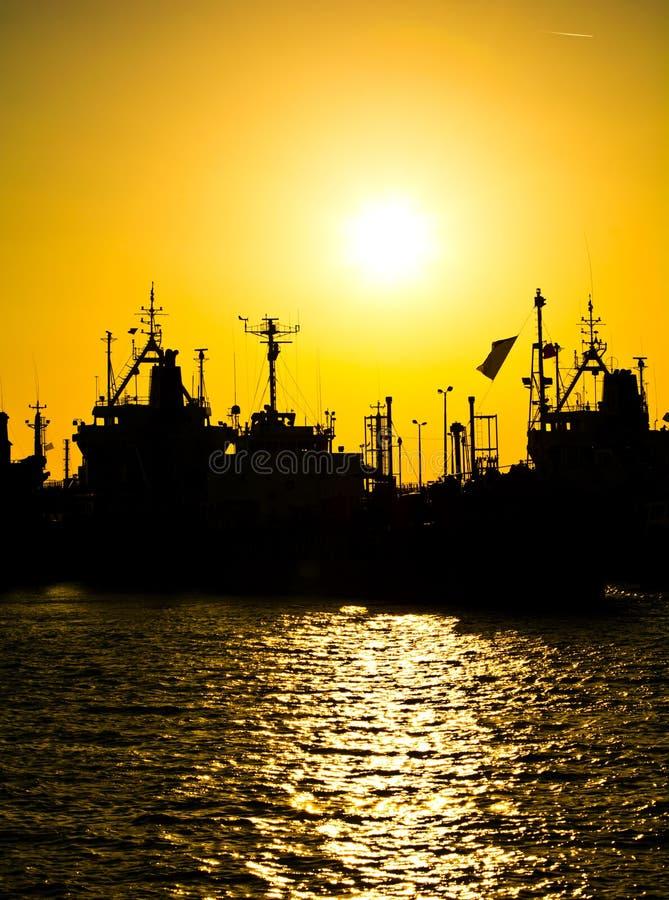 Vrachtschepen bij de zonsondergang royalty-vrije stock foto's