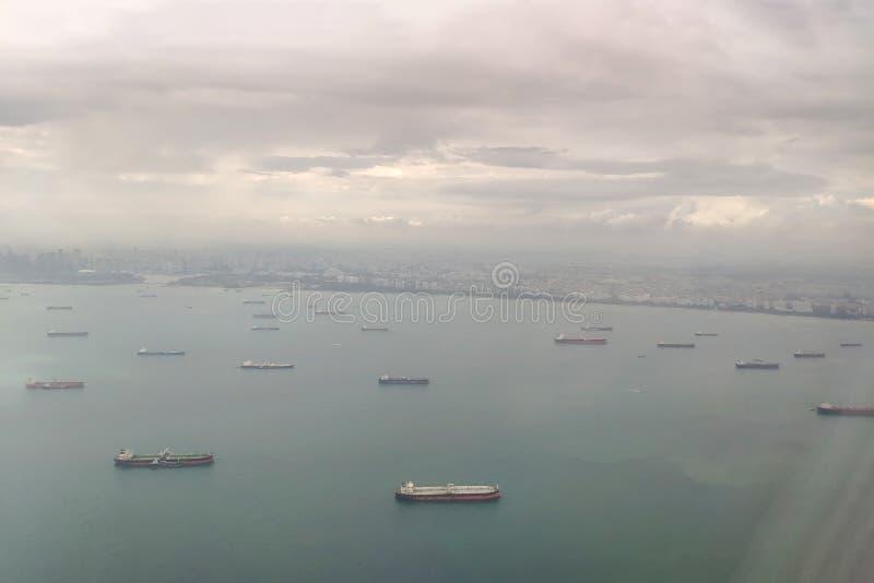 Vrachtschepen in de haven van Singapore Mening van hierboven Satellietbeeld aan de kust en het overzees van het vliegtuig royalty-vrije stock afbeeldingen