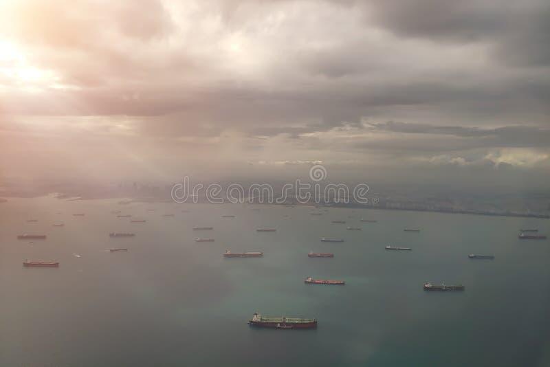 Vrachtschepen in de haven van Singapore Mening van hierboven Satellietbeeld aan de kust en het overzees van het vliegtuig stock fotografie