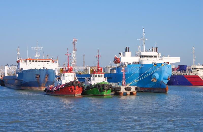 Vrachtschepen en wachtboten die in haven worden gedokt royalty-vrije stock afbeeldingen