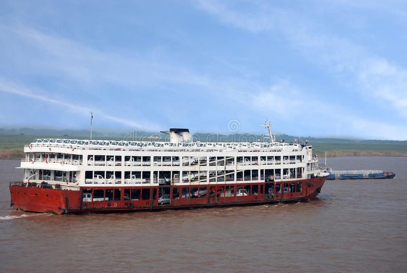 Vrachtschepen met auto's op Yangtze-rivier, China worden ingepakt dat royalty-vrije stock foto
