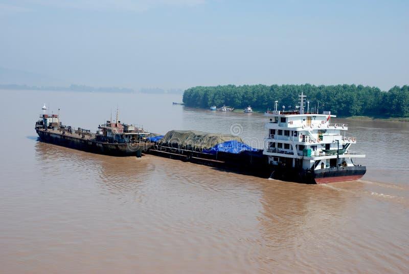 Vrachtschepen op Yangtze-rivier, China stock foto's