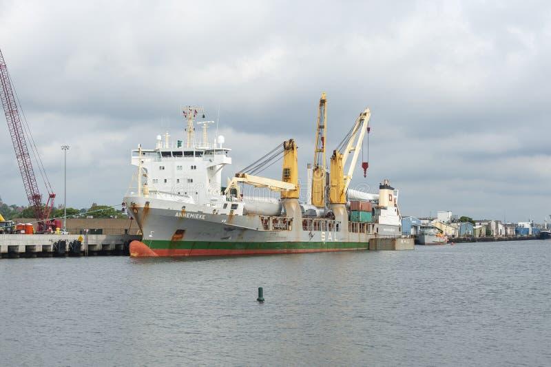 Vrachtschip Annemieke die in Marine Commerce Terminal in New Bedford wordt gedokt royalty-vrije stock foto's