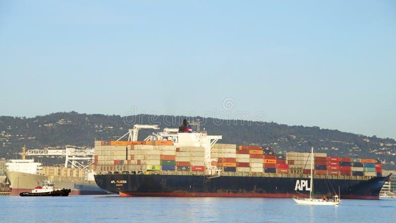 Vrachtschip APL die FLORIDA de Haven van Oakland vertrekken stock afbeelding