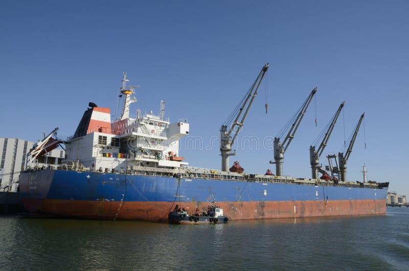 Vrachtschip bij de haven stock afbeeldingen