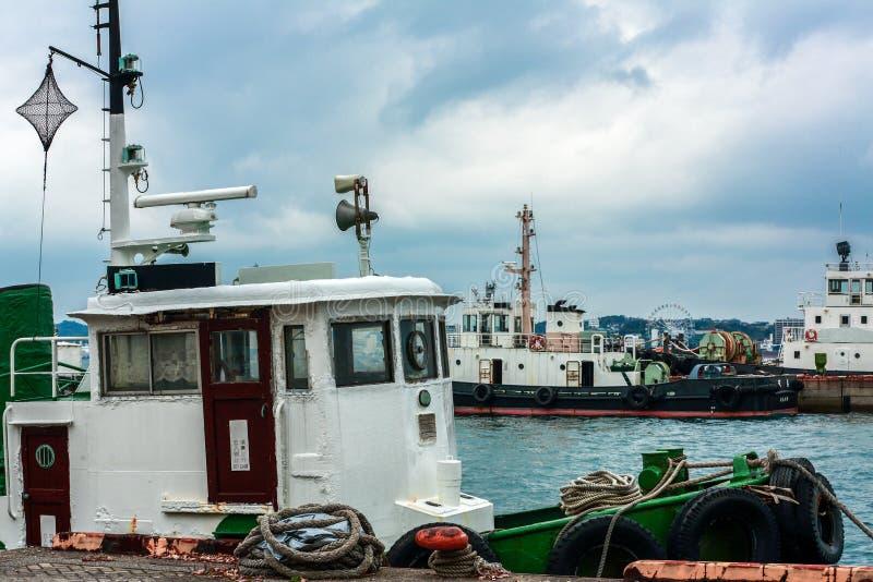 Vrachtschip bij dok in Mojiko, Kitakyushu, Fukuoka, Japan wordt geparkeerd dat stock foto's