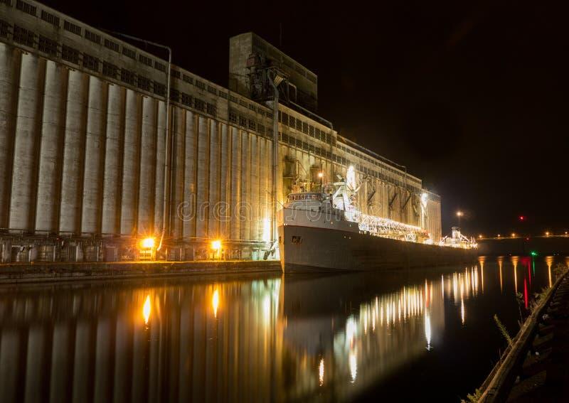 Vrachtschip bij nacht royalty-vrije stock afbeeldingen